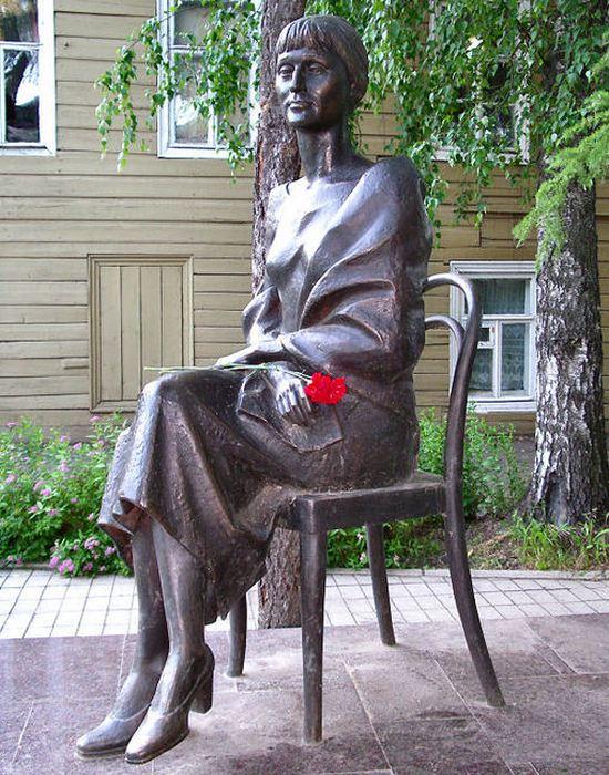 Памятник Ахматовой в Бежецке./фото: proza.ru