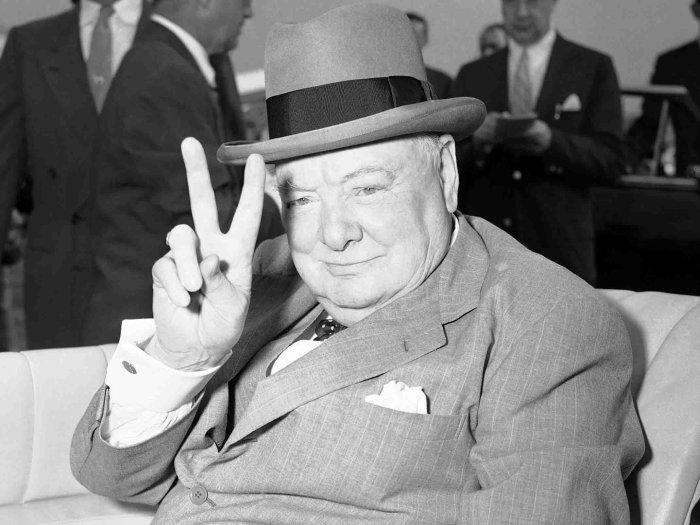 Уинстон Черчилль и его легендарный знак.