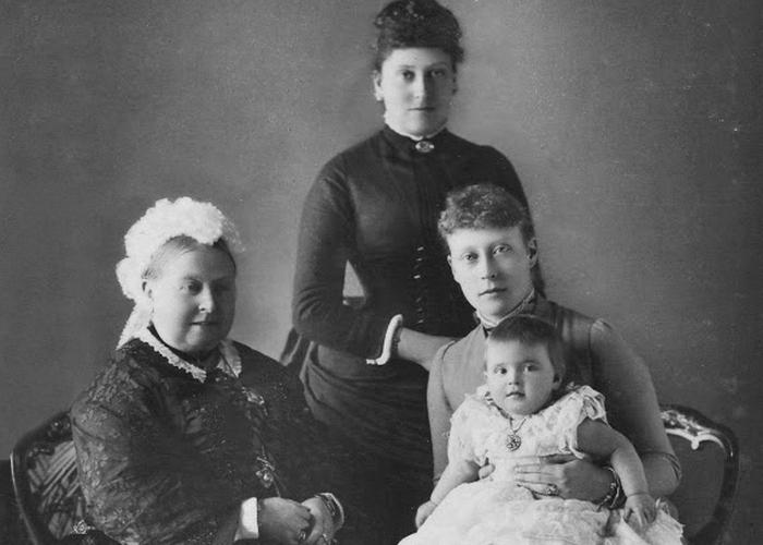Королева Виктория, её дочь Беатриса, внучка Виктория и Алиса./Фото: anews.com
