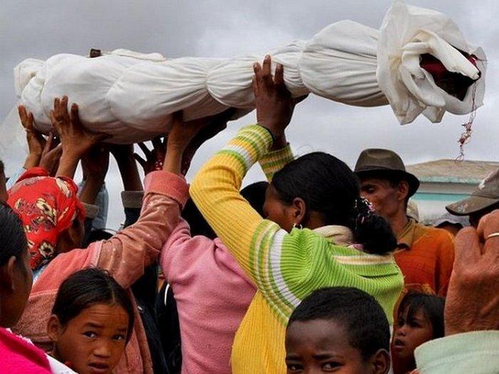 Танцы с мертвыми на Мадагаскаре.
