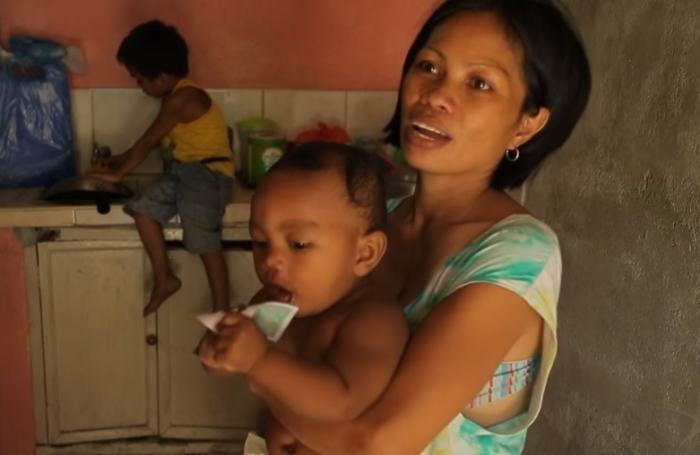 Этой женщине ещё повезло: папа малыша даёт 50 долларов в месяц на его содержание.