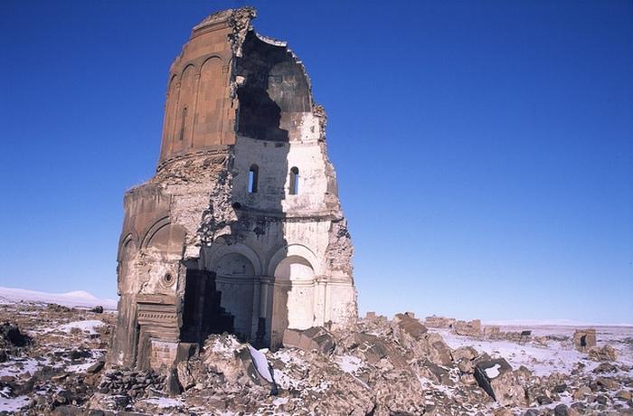 Разрушенная церковь Святого Спасителя в древнем городе Ани.