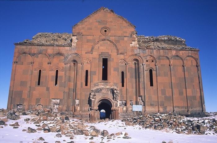 Сегодня этот собор пытаются спасти от дальнейшего разрушения.