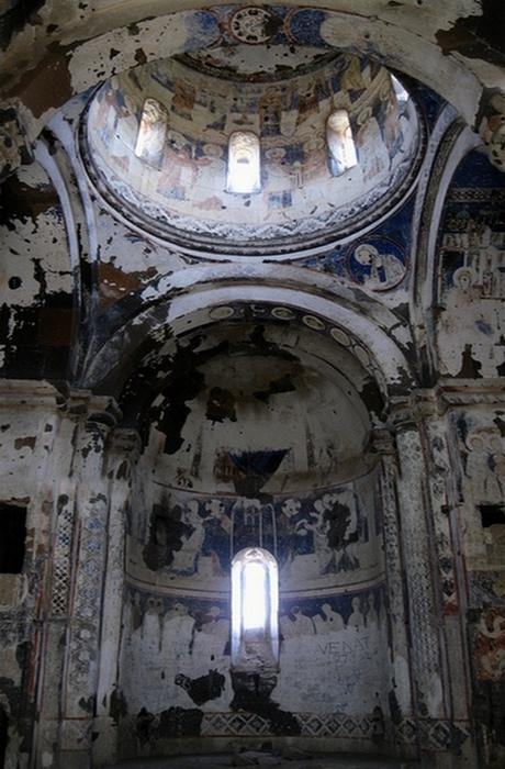 Поврежденные фрески в церкви Святого Григория.