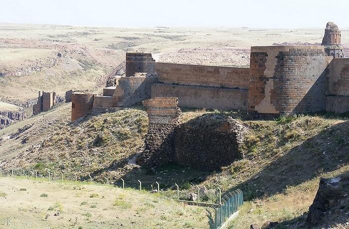 Остатки городской стены.