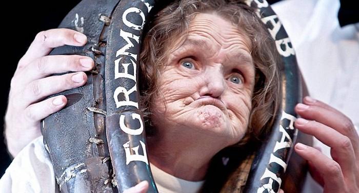 Женщина, скорчившая самую страшную гримасу