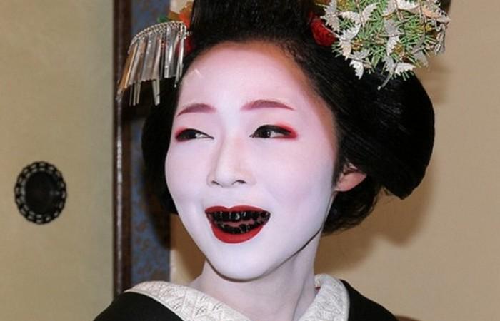 Чёрные зубы - красота по-японски. / Фото: sonnikonline.club