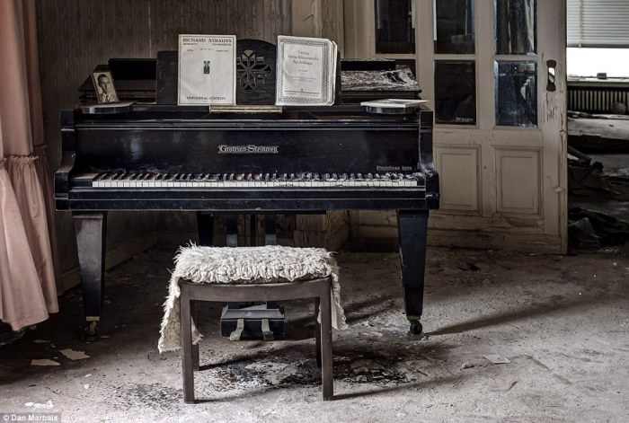 Фортепьяно и открытые ноты.