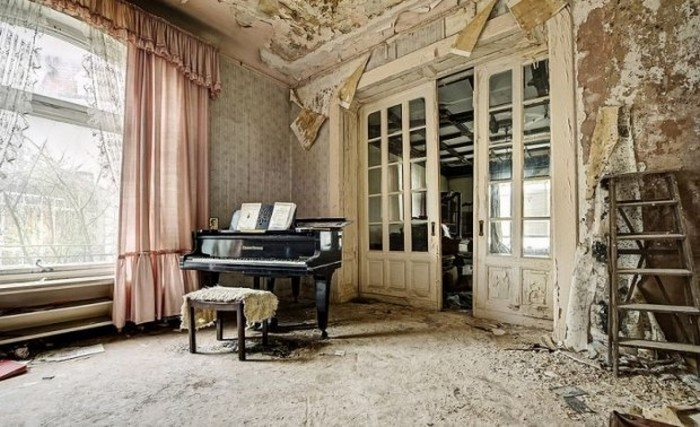 Фортепьяно в заброшенном доме.