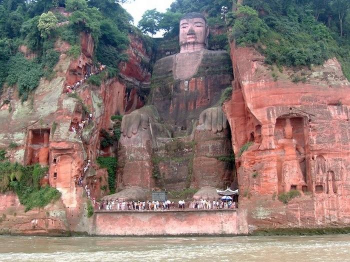 Гигантский Будда в Лэшане, Китай.