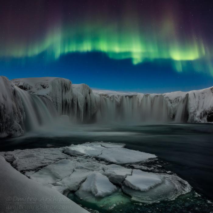Северное сияние над водопадом Годофосс.
