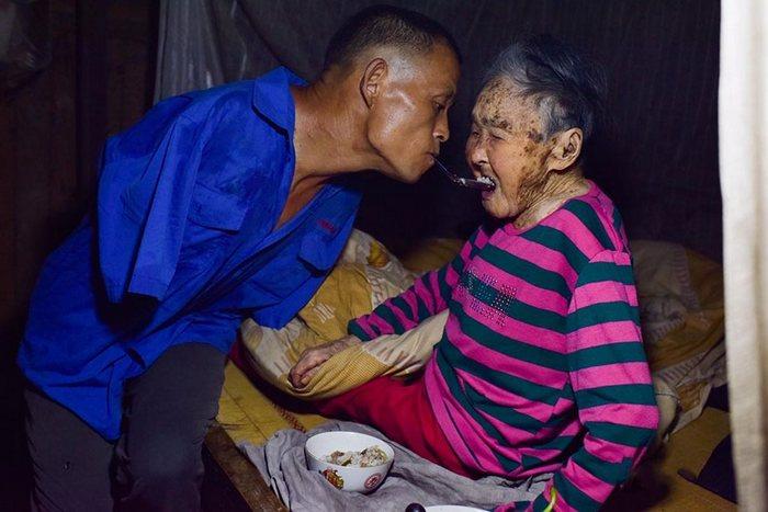 Чэнь заботится о матери и ведёт домашнее хозяйство.