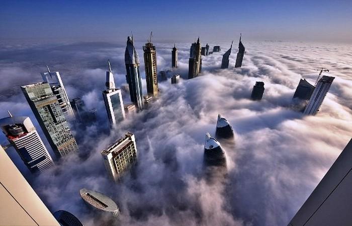 Футуристичное фото небоскребов.