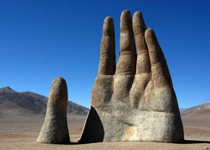 Скульптура «Рука пустыни».