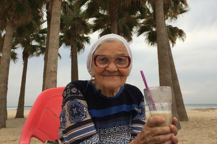 бабушки поднимают юбки