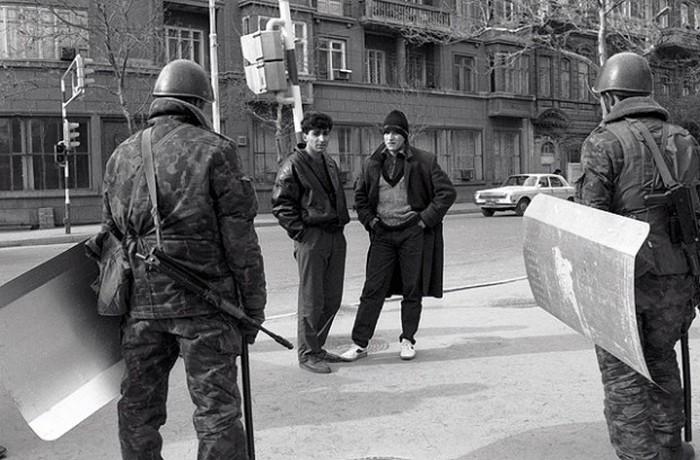 Солдаты на улице города Баку после введения военного положения в 1990 году. / Фото: rusplt.ru