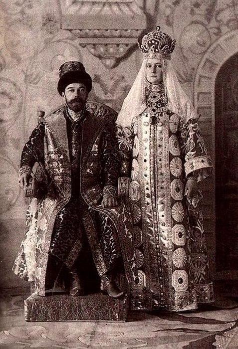 Монаршие особы в одежде 17-го века.