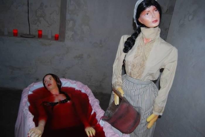 Восковая фигура графини Батори в кровавой ванной.