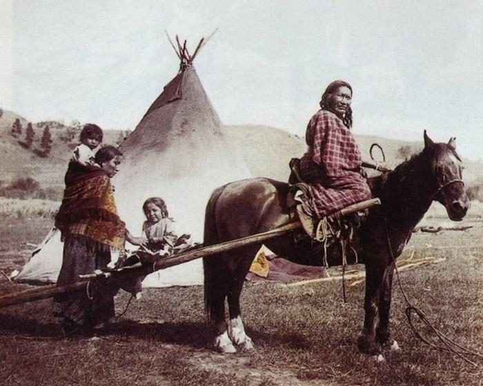 Сильная левая рука и его семья, резервация северных шайеннов, 1906 год.
