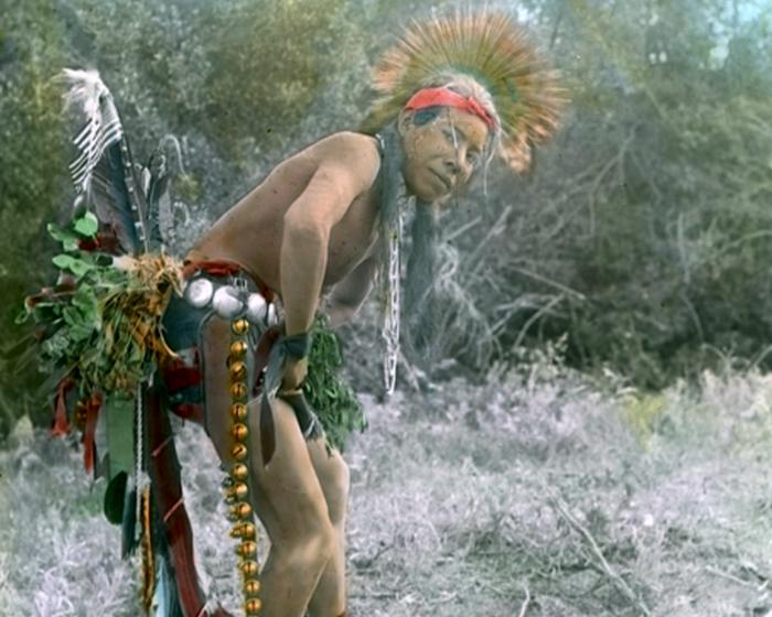 Танцор индейского племени кроу, начало 1900-х годов.