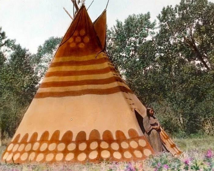 Типи в стойбище племени черноногих, начало 1900-х.