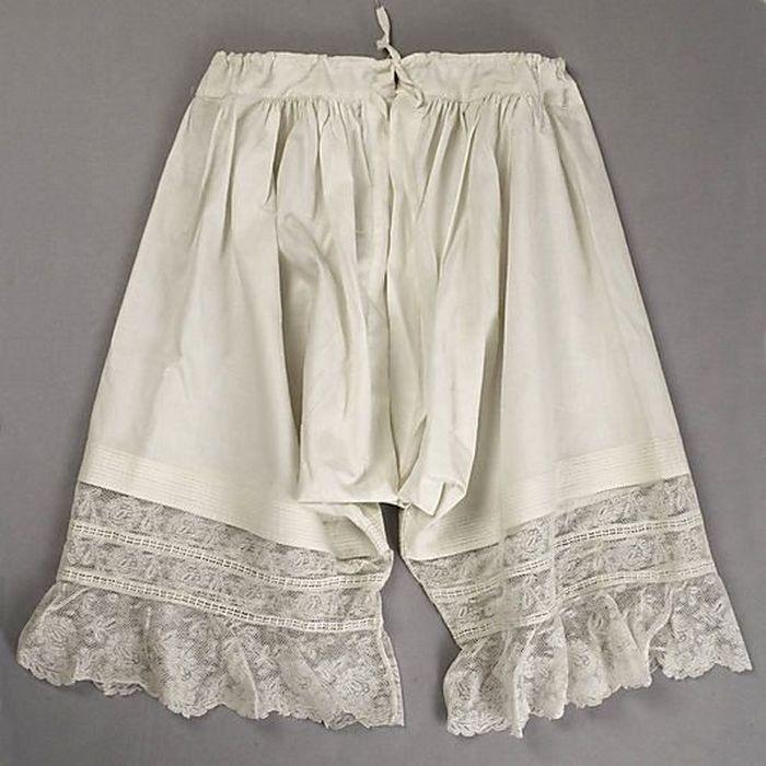 Батистовые панталоны с кружевами. Конец 19-го века.