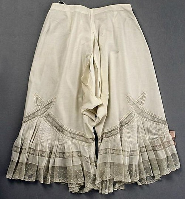 Батистовые панталоны с тиснением и рюшами. Конец 19-го века.