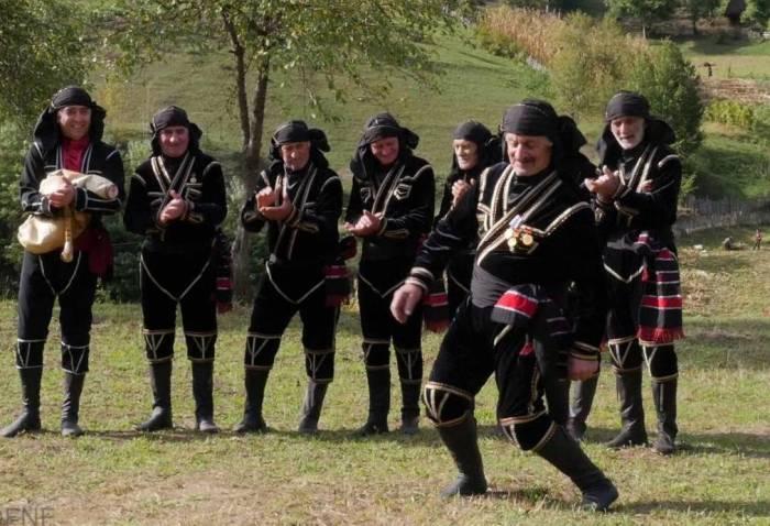 Просто диву даёшься, как зажигательно танцуют грузинские долгожители!