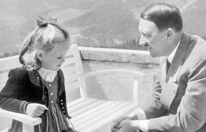 Гитлер и Нинау в баварских Альпах.
