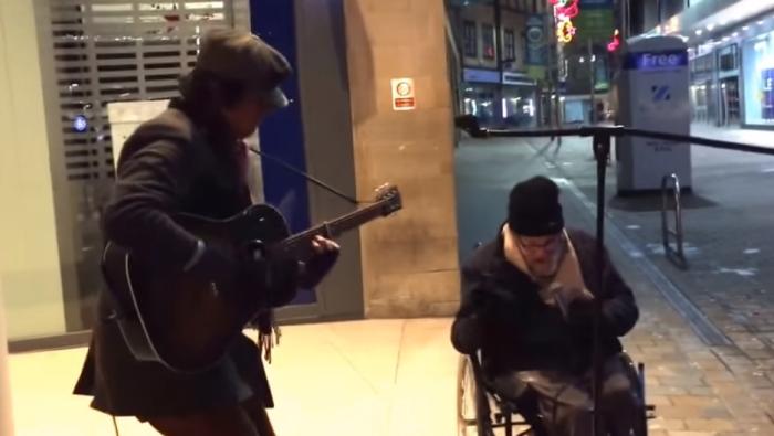 Случайный дуэт уличного музыканта и бездомного покорил интернет.