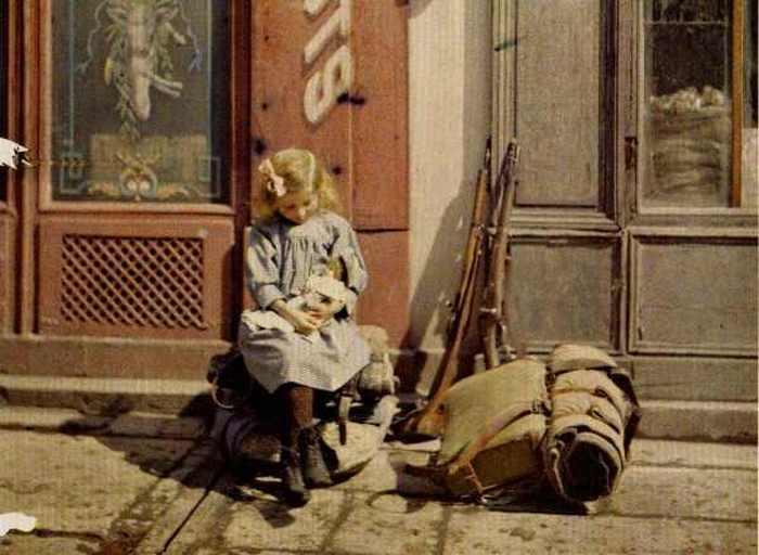 Девочка и ее кукла. Реймс, Франция, 1917