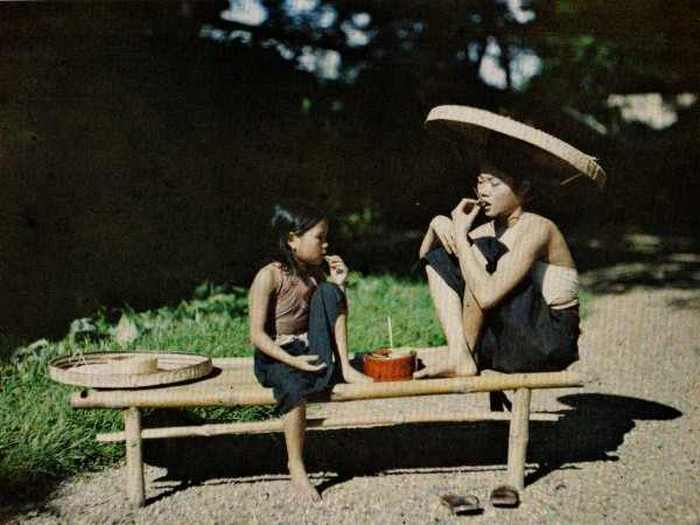 Девочки едят орехи бетеля. Вьетнам, 1921