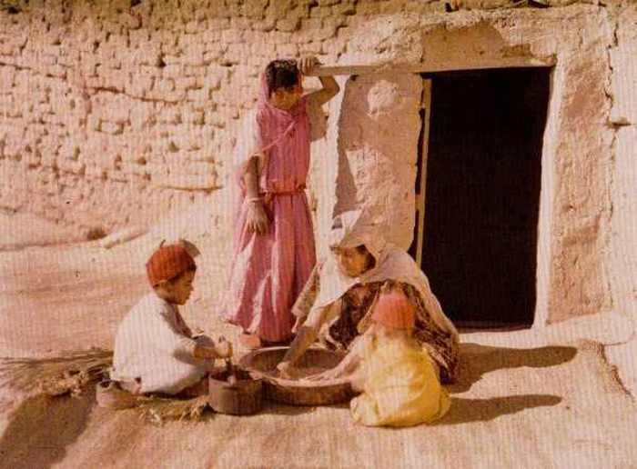 Алжирская семья готовит кускус. Бискра, Алжир, 1909-11