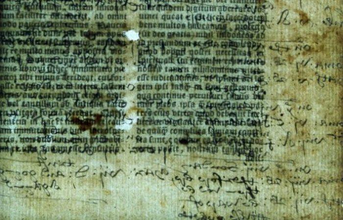 Скрытый текст в старейшей Библии в Англии.