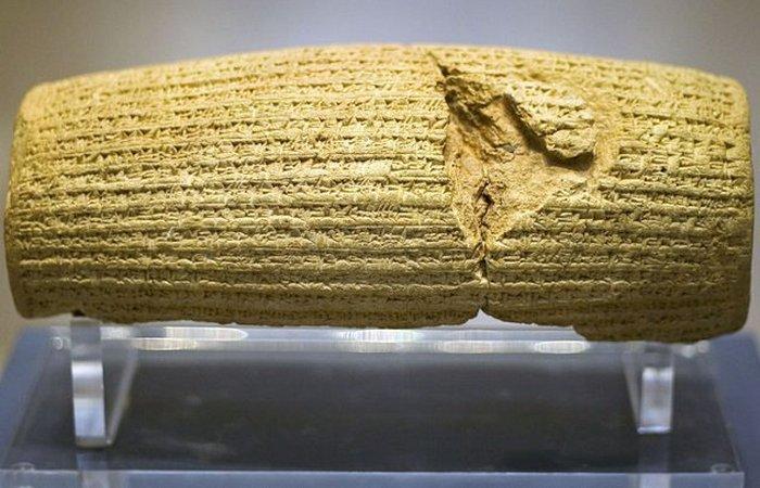 Цилиндр Кира — глиняный цилиндр, на котором Кир Великий повелел выбить клинописью список своих побед и милостивых поступков, а также перечисление предков. / Фото: listverse.com