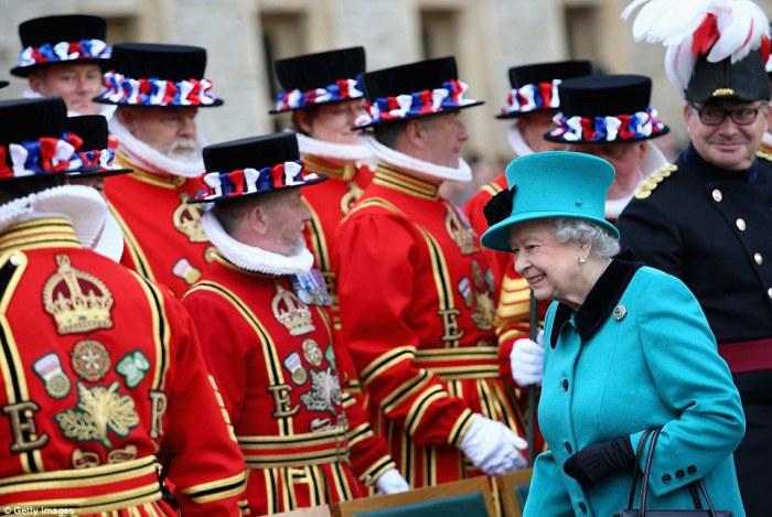 Сегодня монархи тоже не забывают про бифетеров.