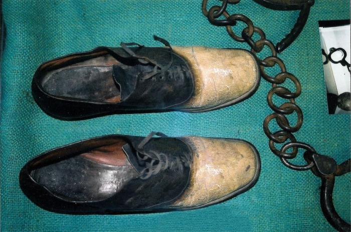 Эта, казалось бы, обычная пара обуви скрывает мрачную тайну.