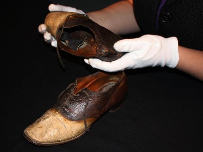 Та самую обувь из кожи «Большого Носа» в руках директора музея Carbon County Museum Тиффани Уилсон