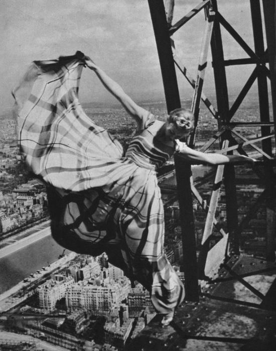 Лиза Фонсангривс на Эйфелевой башне. Париж. Франция. 1939 год./Фото: culture.ua