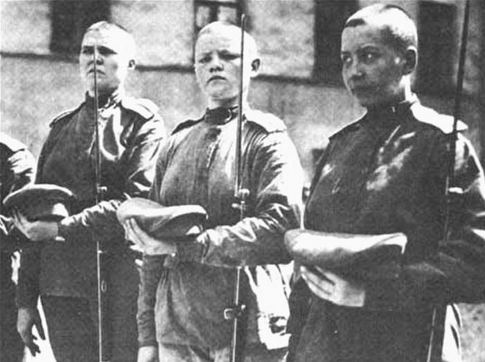 Новобранцы женского батальона.