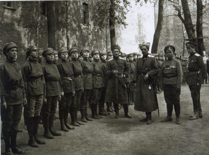 Командующий Петроградским военным округом генерал П. А. Половцов проводит смотр 1-го Петроградского женского батальона смерти. Лето 1917 г