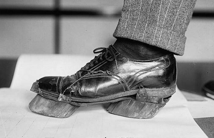 Обувь с подошвами в виде коровьих копыт.