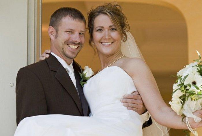 Невеста на руках как защита от злых духов.