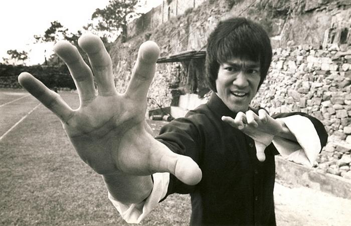 Брюс Ли - мастер боевых искусств, инструктор, философ, режиссер и основатель Джит Кун До.