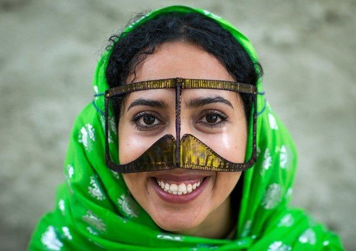 Бурка, рубанд, некаб-е: Для чего иранским женщинам усатые маски.