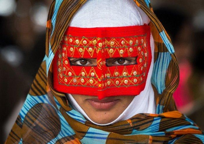Красная бурка - для замужних женщин.