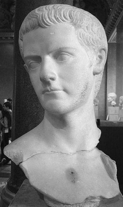 Бюст Калигулы в Лувре.