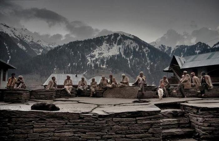 Старейшины сидят на деревенской площади возле храма. Они с раннего детства до глубокой старости занимаются тем, что выращивают дикую коноплю и собирают урожай.