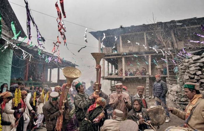 Музыканты играют на свадьбе молодой пары, проходящей на деревенской площади. Любые вечеринки и фестивали в деревнях похожи на большие семейные встречи, где неизменно есть музыка, еда и танцы.