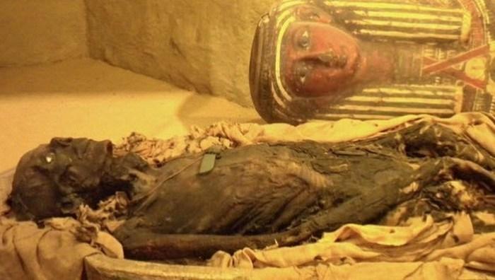Прах мумии как лекарство от запора и паралича.